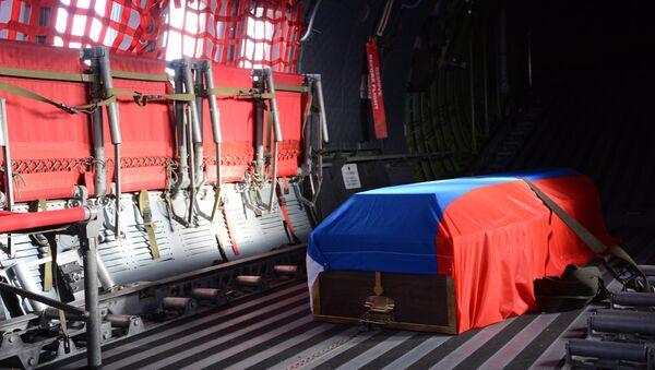 Letadlo vojensko-transportního letectva MO Ruska dopravilo v pondělí z Ankary tělo Hrdiny Ruské federace Olega Peškova, velitele osádky Su-24, který byl sestřelen 24. listopadu tureckou stíhačkou v nebi nad Sýrii, na vojenské letiště Čkalovskij v Moskevské oblasti. - Sputnik Česká republika
