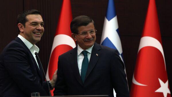 Mluvčí řecké vlády označil za náhodný omyl objevení se v mikroblogu premiéra Alexise Tsiprase v Twitteru zápisů, které vyvolaly hádku s jeho tureckým kolegou Ahmetem Davutogluem, oznámila agentura Reuters. - Sputnik Česká republika