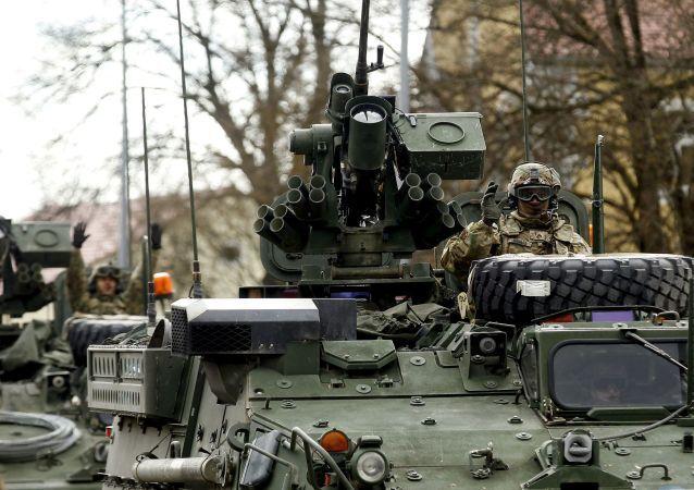 Americké obrněné transportéry. Archivní foto