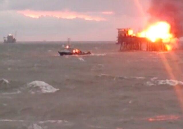Na hořící ropné plošině v Kaspickém moři probíhá evakuace