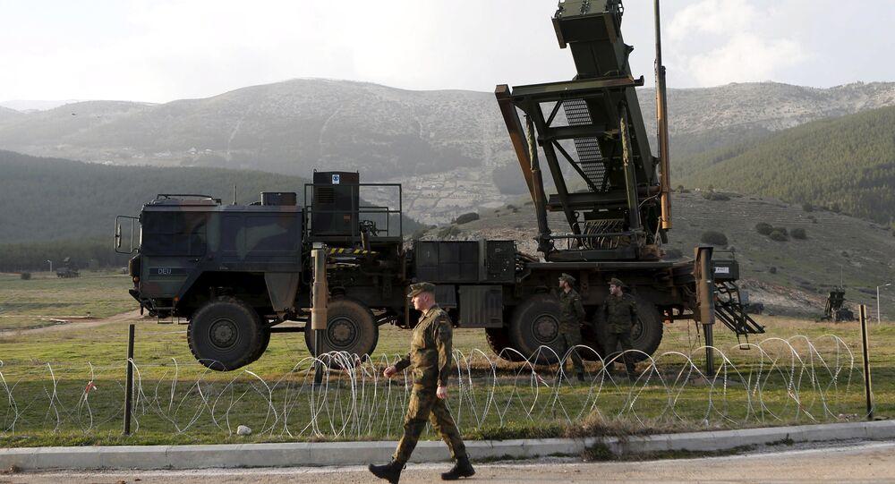 Německý voják vedle systému Patriot na turecké základně