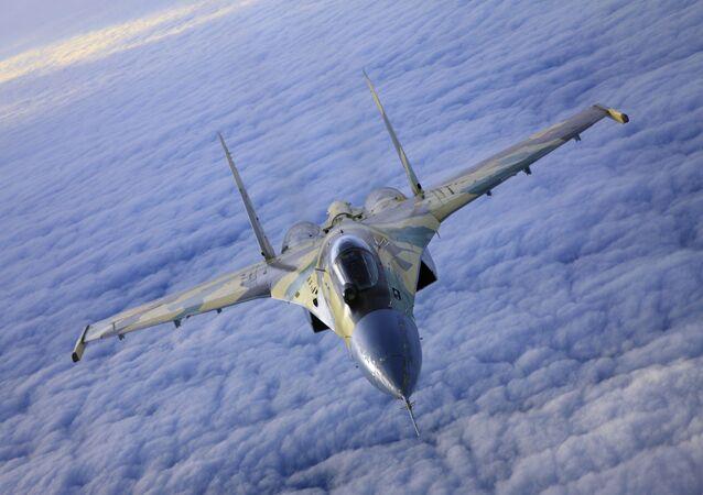 Stíhačka Su-35 je vybavena moderní palubní elektronikou a novým virtuálním displejem