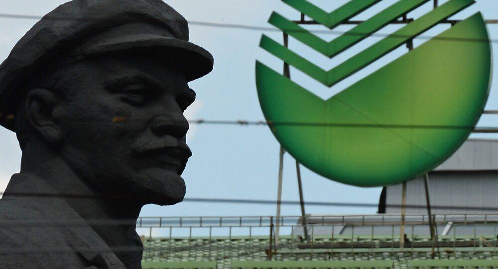 Leninův památník a emblém Sberbanku