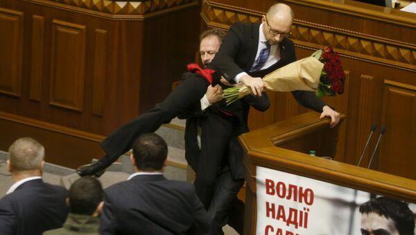 Ukrajinští poslanci se poprali v Radě v průběhu Jaceňukova vystoupení - Sputnik Česká republika