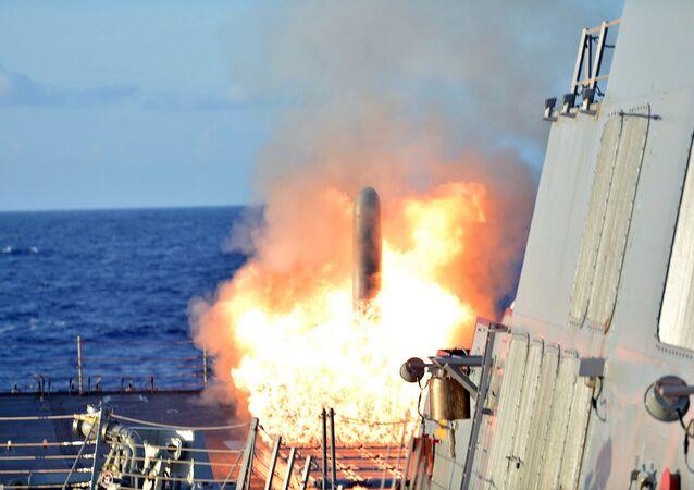 Start střely Tomahawk  z křižníků USS Lassern