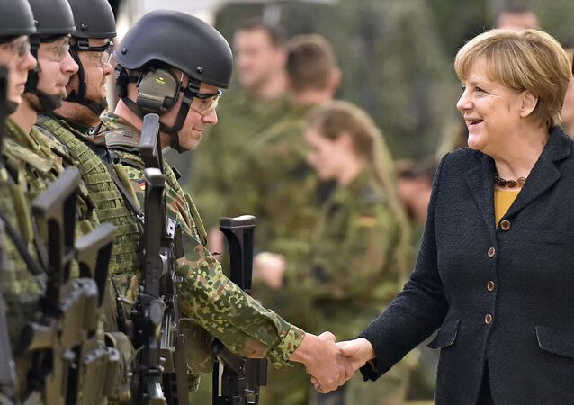 Němečtí vojáci a kancléřka Angela Merkelová
