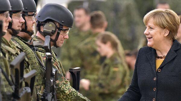 Němečtí vojáci a kancléřka Angela Merkelová - Sputnik Česká republika