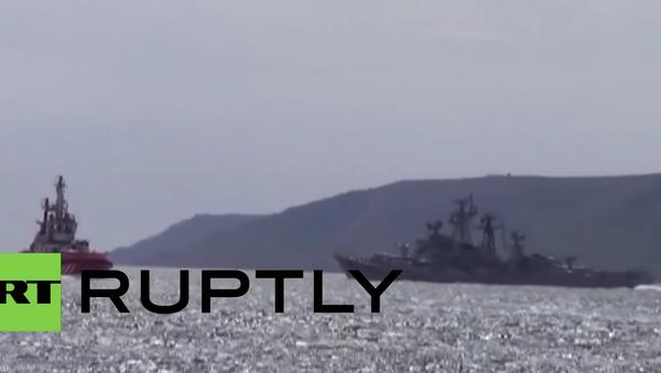 Záběry ruské strážní lodi, která odpálila varovný výstřel vůči turecké lodi - Sputnik Česká republika