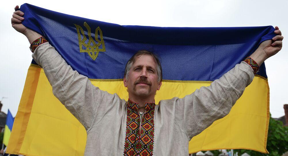 Muž drží ukrajinskou vlajku