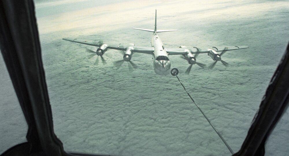 Strategický bombardér Tu-95 tankuje za letu