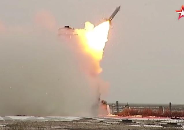 Zkoušky výkonných ruských zbraní na polygonu Kapustin Jar
