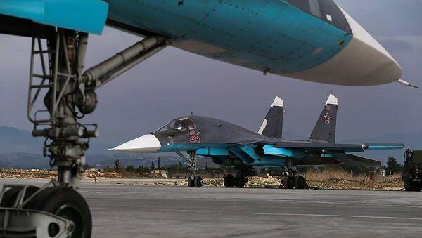 Ruský bombardér Su-34 na základně Hmeimim - Sputnik Česká republika