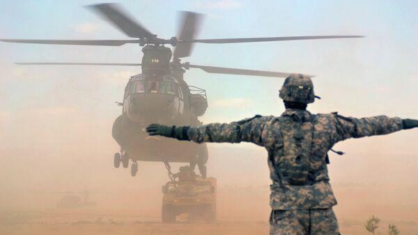 Americký vrtulník CH-47 Chinook a  obrněné vozidlo Humvee - Sputnik Česká republika