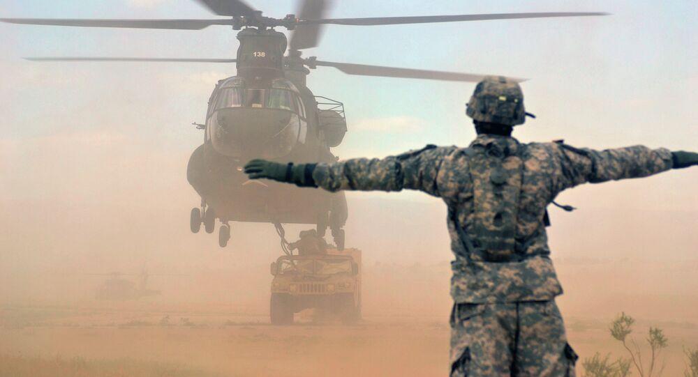 Americký vrtulník CH-47 Chinook a  obrněné vozidlo Humvee