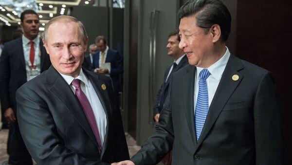 Ruský prezident Vladimir Putin se svým čínským protějškem Si Ťin-pchingem - Sputnik Česká republika