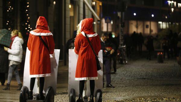 Dívky v kostýmech Santa Clause na segwayích v Milánu - Sputnik Česká republika