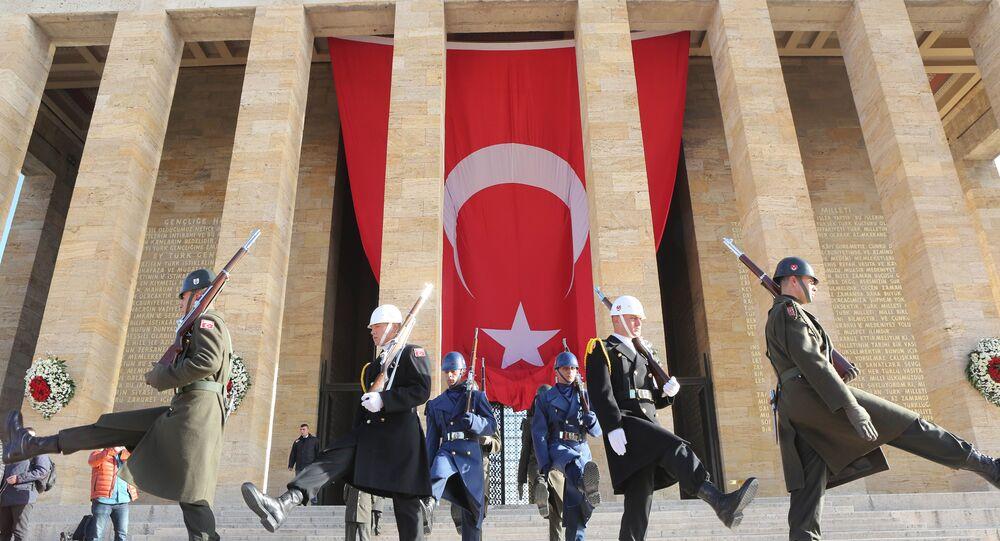 Turecká vlajka u Atatürkova maulea