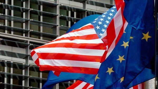 Vlajky EU a USA v Bruselu - Sputnik Česká republika