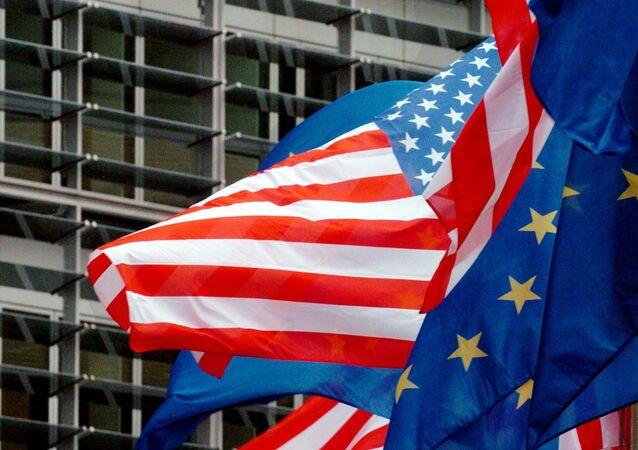 Vlajky EU a USA v Bruselu