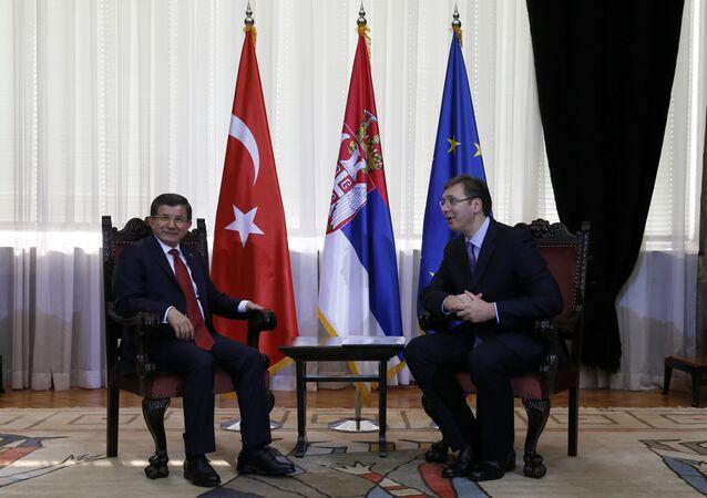 Hlava turecké vlády Ahmet Davutoglu a premiér Srbska Aleksandar Vučić