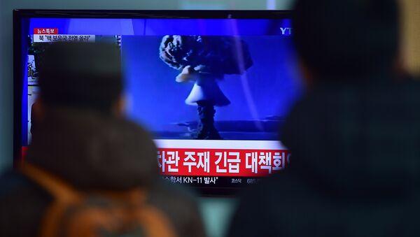 Lidé v Soulu se dívají na zprávy o tom, že KLDR provedla zkoušku vodíkové pumy, 6. ledna 2016 - Sputnik Česká republika
