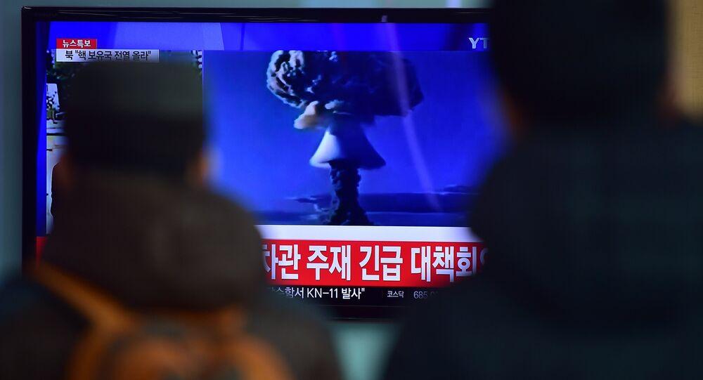 Lidé v Soulu se dívají na zprávy o tom, že KLDR provedla zkoušku vodíkové pumy, 6. ledna 2016