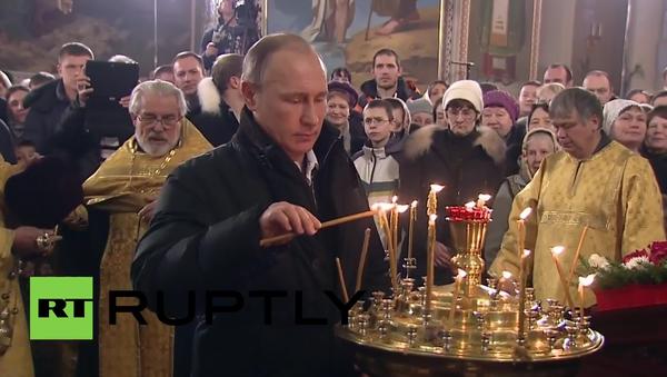 Vladimír Putin navštívil vánoční mši - Sputnik Česká republika