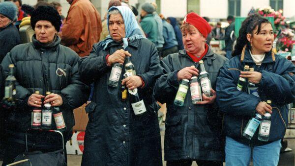 """Prodej alkoholických nápojů """"z druhé ruky"""" na Jaroslavském nádraží v Moskvě, rok 1992. - Sputnik Česká republika"""