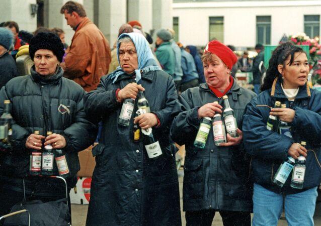 """Prodej alkoholických nápojů """"z druhé ruky"""" na Jaroslavském nádraží v Moskvě, rok 1992."""