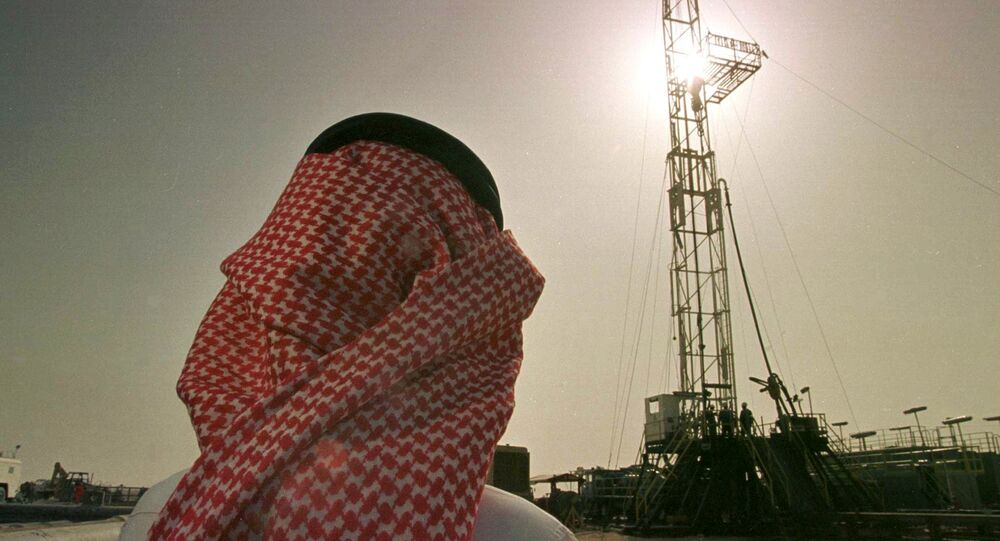 Pracovník saúdské ropné společnosti Aramco se dívá na ropný vrt