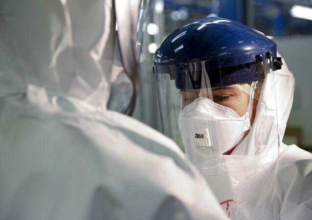 Osobní ochranné prostředky proti ebole. Ilustrační foto