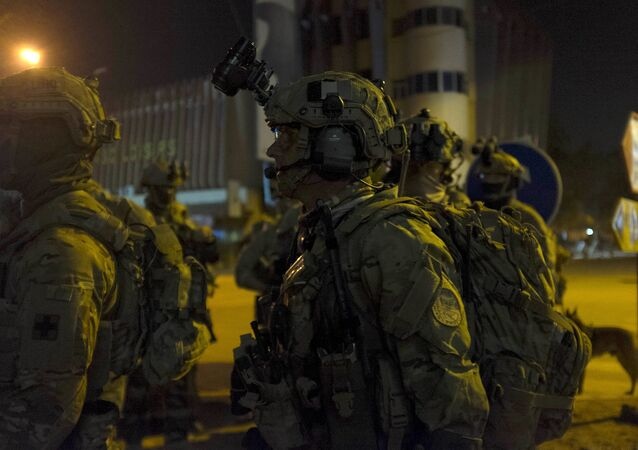 Francoužští a američtí vojáci vedle hotelu Splendid  v Ouagadougou, Burkina Faso. 16. ledna 2016