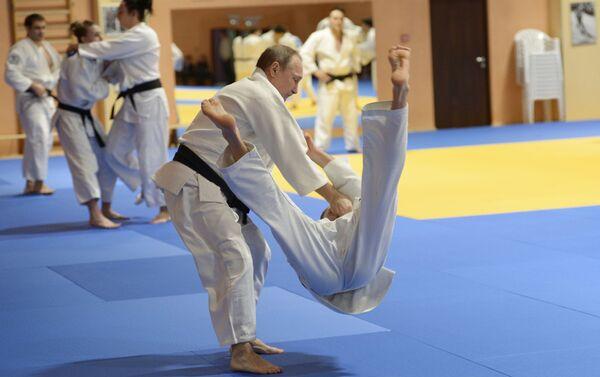 Silný člověk v mnoha ohledech, ruský prezident Vladimir Putin se účastní tréninku ruského národního týmu judo - Sputnik Česká republika