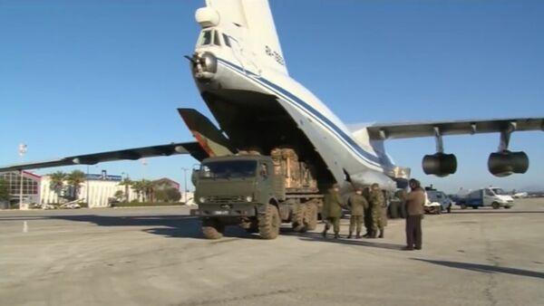 Nakládání humanitární pomoci do dopravního letadla pro shození v Sýrii - Sputnik Česká republika