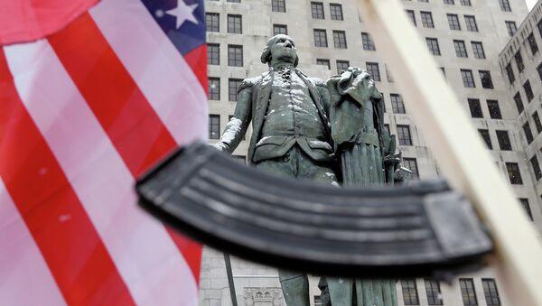 Americká vlajka a samopal vlastní výroby vedle sochy George Washingtona v New Yorku - Sputnik Česká republika