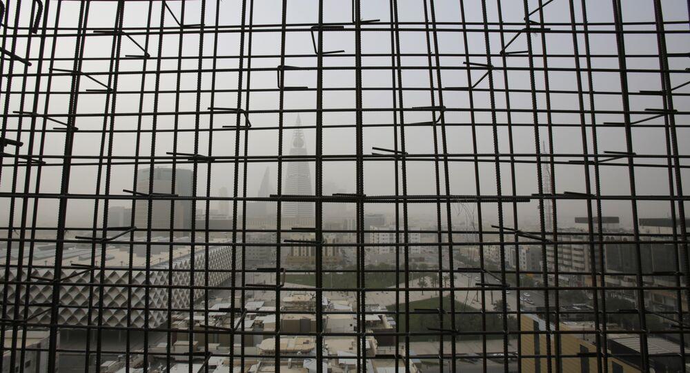 Pohled na věž Al-Faisaliya přes mřížku v Rijádu, Saúdská Arábie