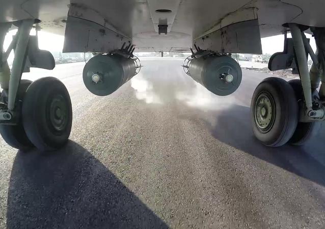 Bojový start bombardéru Su-24M z letiště Hmeimim