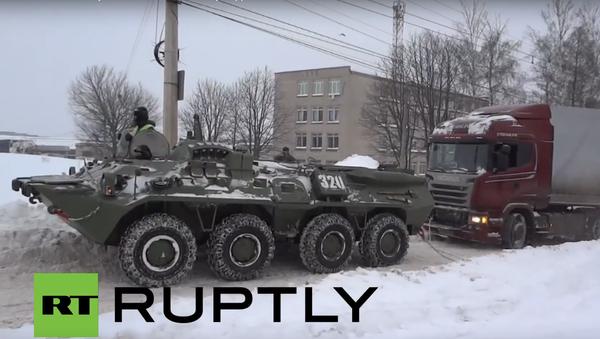 Obrněný transportér v Kursku pomohl vytáhnout ze sněhu náklaďák - Sputnik Česká republika