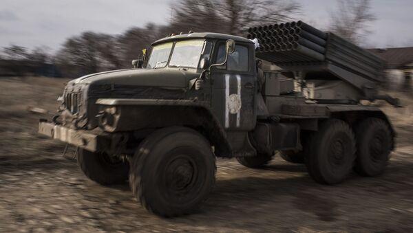 Raketomet Grad ukrajinské armády na východě Ukrajiny - Sputnik Česká republika