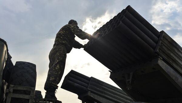 Ukrajinský voják vedle systému Grad - Sputnik Česká republika