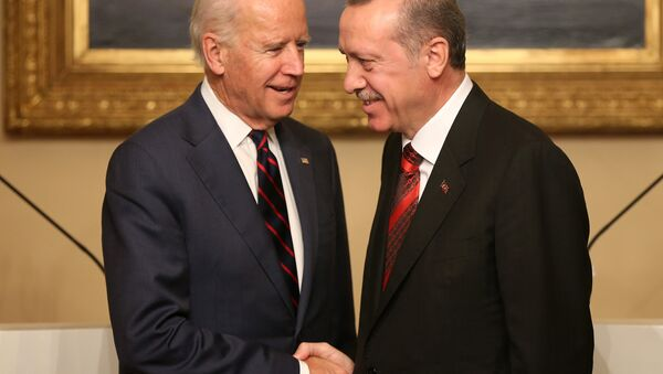 Viceprezident USA Joe Biden a turecký prezident Recep Tayyip Erdogan - Sputnik Česká republika