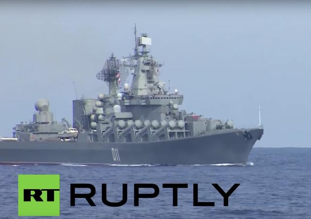 Novináři si prohlížejí torpédoborec Viceadmirál Kulakov