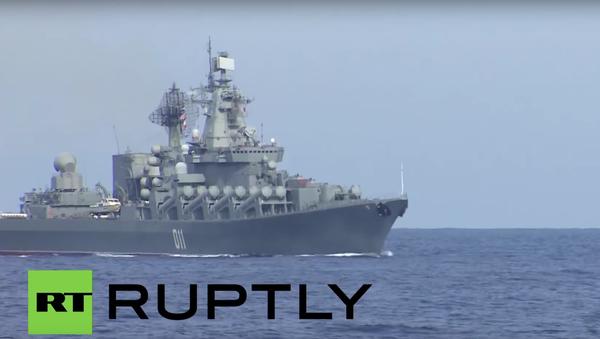 Novináři si prohlížejí torpédoborec Viceadmirál Kulakov - Sputnik Česká republika