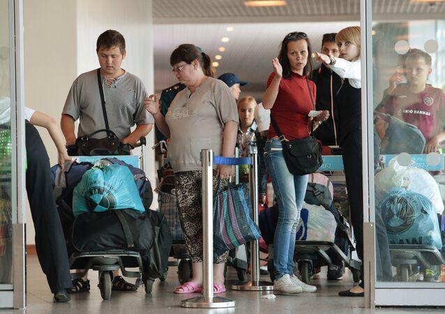 Ukrajinští uprchlíci na moskevském letišti