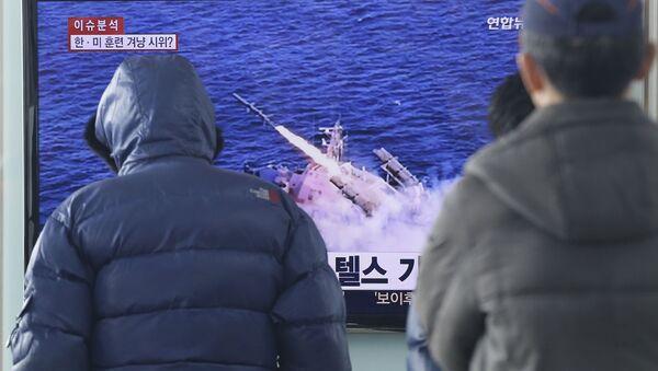 Lidé v Seulu se dívají na zprávy o startu severokorejské rakety - Sputnik Česká republika