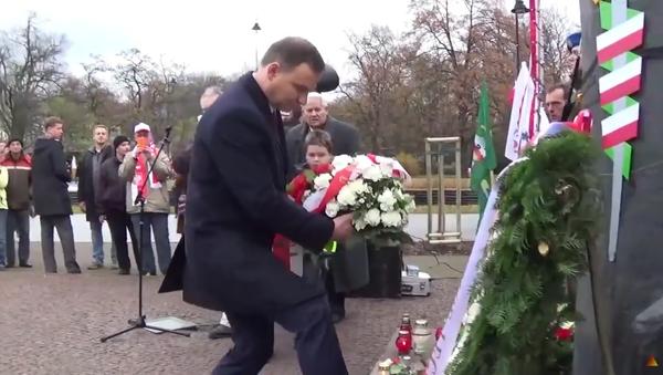 """Video """"Prezident krade květiny u pomníku"""" vyvolalo v Polsku rozruch - Sputnik Česká republika"""