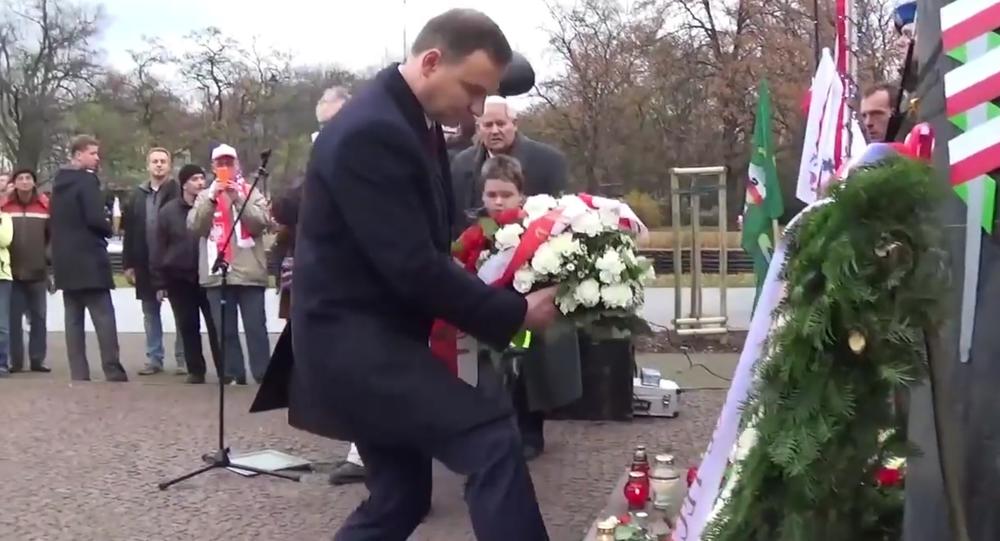 """Video """"Prezident krade květiny u pomníku"""" vyvolalo v Polsku rozruch"""