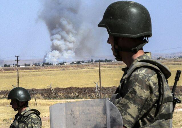Turečtí vojáci na syrské hranici