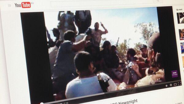 Snímek z videa o posledních minutách života Muammara Kaddáfího - Sputnik Česká republika