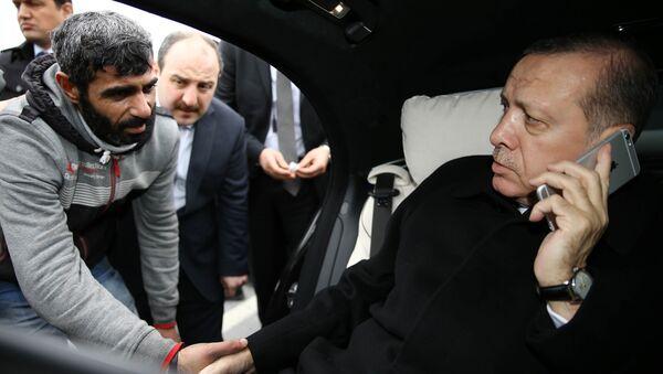 Händeschütteln des geretteten Mannes mit Erdogan - Sputnik Česká republika